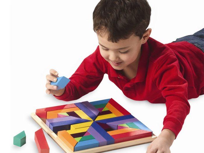 Мальчик собирает логическую головоломку