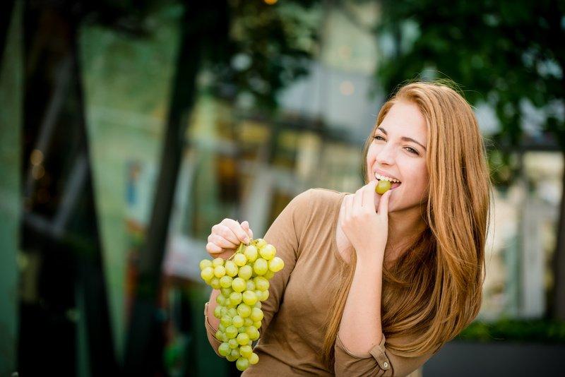 Виноград в рационе беременной: польза и вред