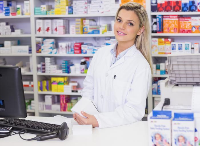 Провизор за прилавком в аптеке