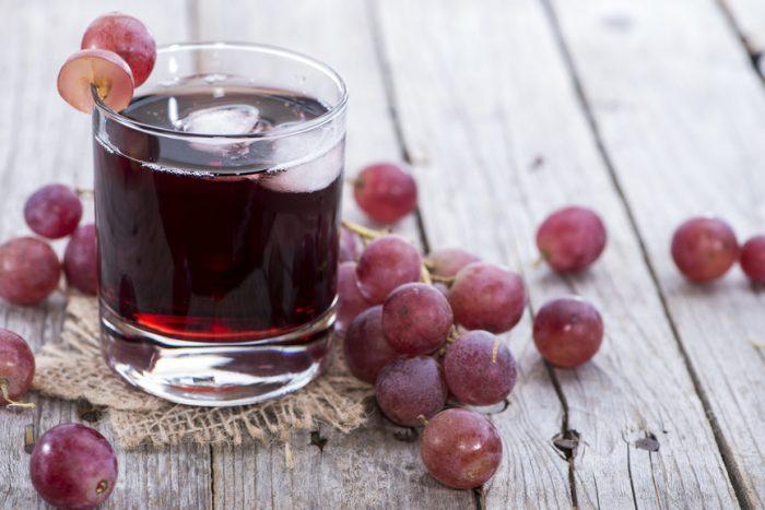 Виноградный сок в стакане и виноград