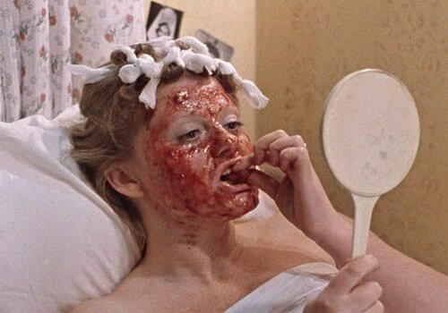 Ирина Муравьёва с клубничной маской на лице