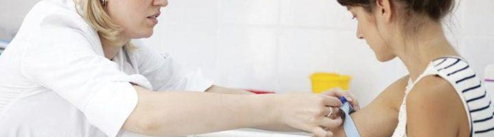 беременная женщина сдаёт анализ крови