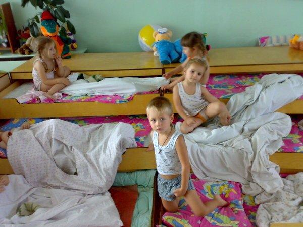 Дети во время тихого часа в детском саду