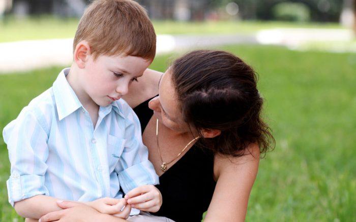 Мама обнимает грустного и скромного сына