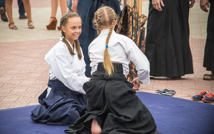 Девочки занимаются айкидо