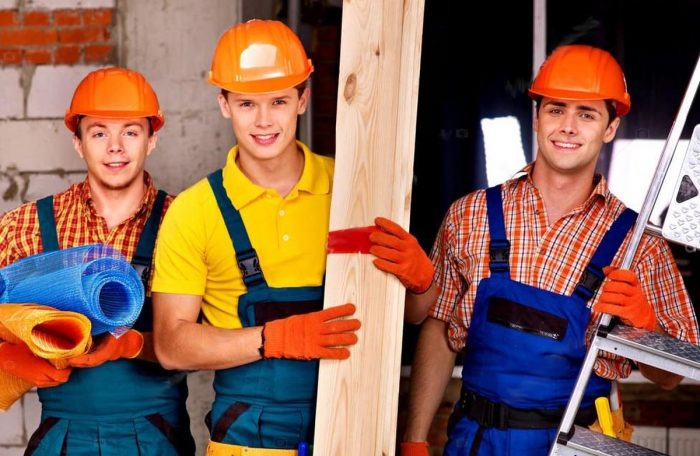 Три подсобных рабочих на стройке