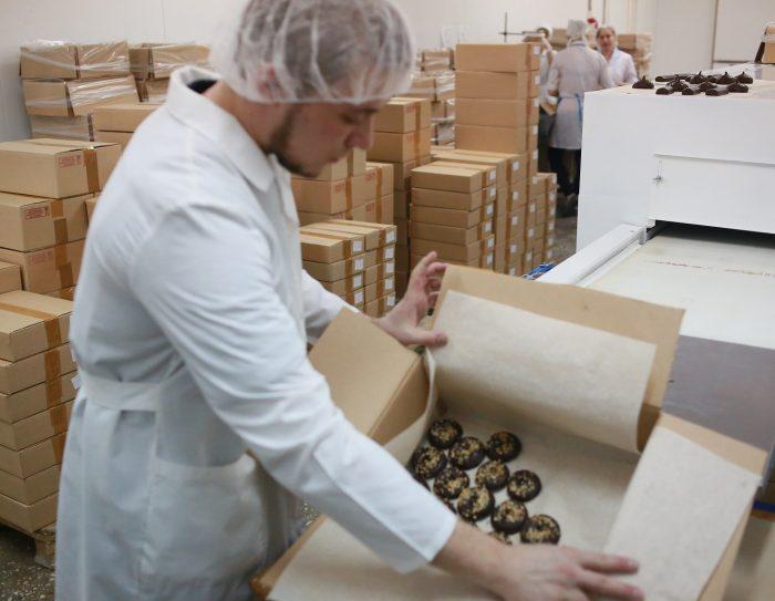Упаковщик с коробкой печенья