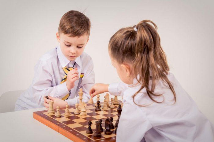 Мальчик и девочка играют в шахматы