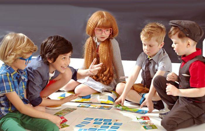 Дети играют с карточками