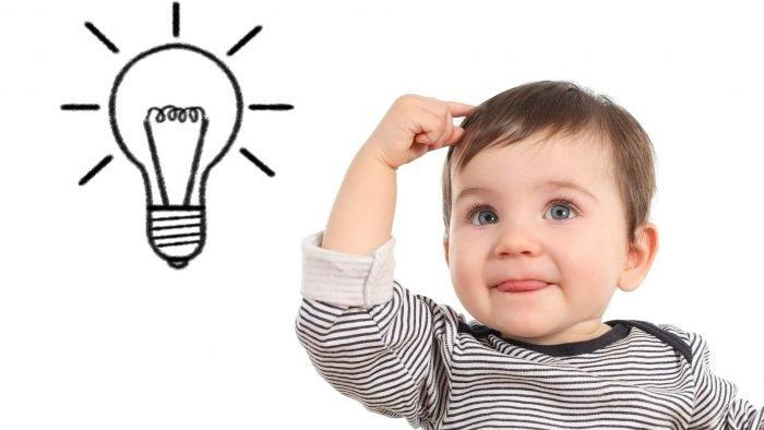 Малыш и рисунок лампочки