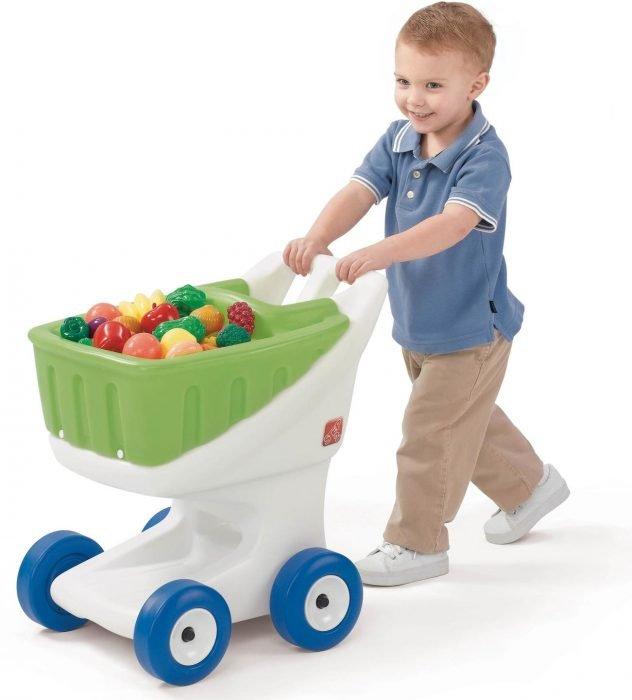Мальчик с игрушечной тележкой