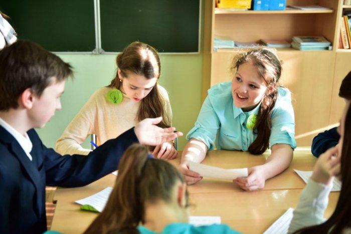 Школьники в кругу за столом