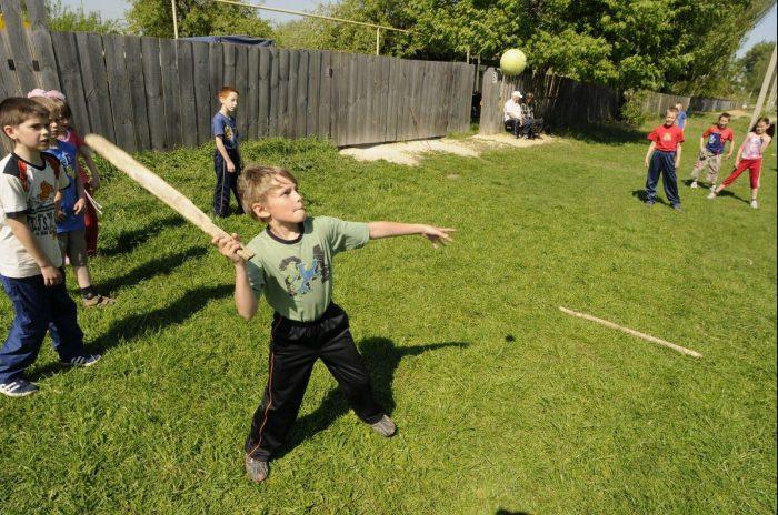Деревенские дети играют в лапту