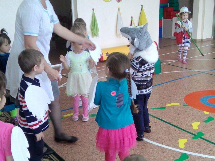 Дети готовятся играть в гуси-лебеди