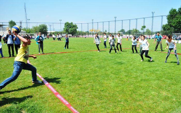 Школьники играют в игру, которая называется вышибалы
