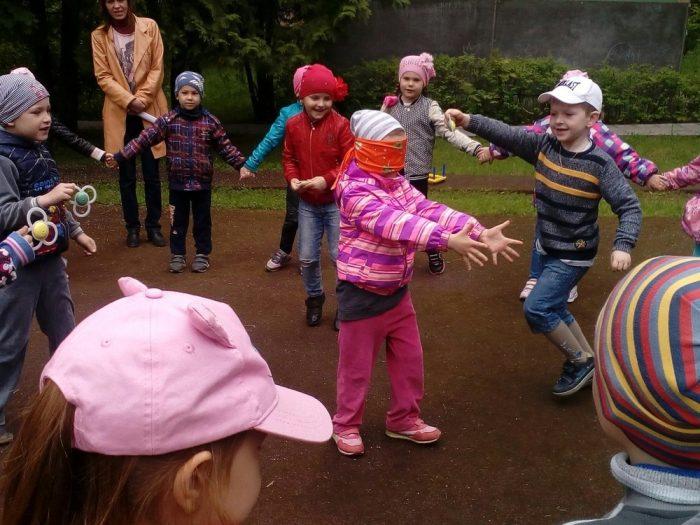 Дети грают в жмурки