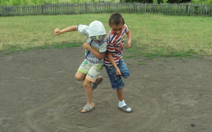 Мальчики играют в петушки