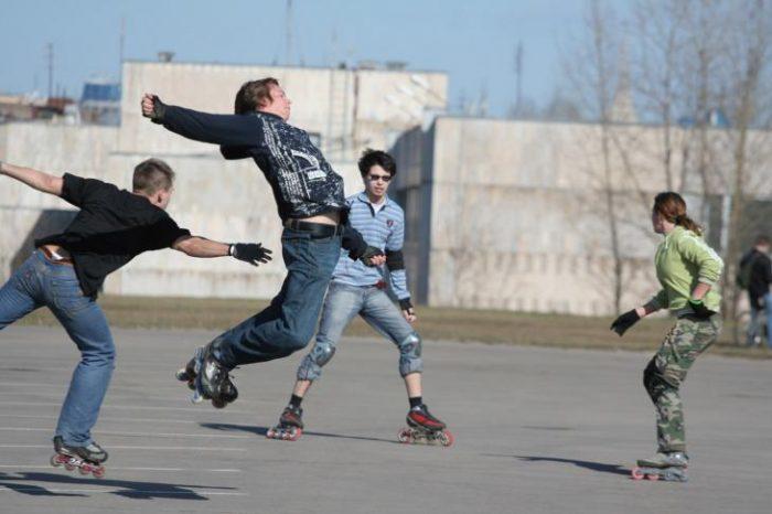 Подростки играют в колдунчики на роликовых коньках