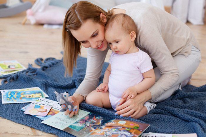 Малыш с мамой рассматривают картинки