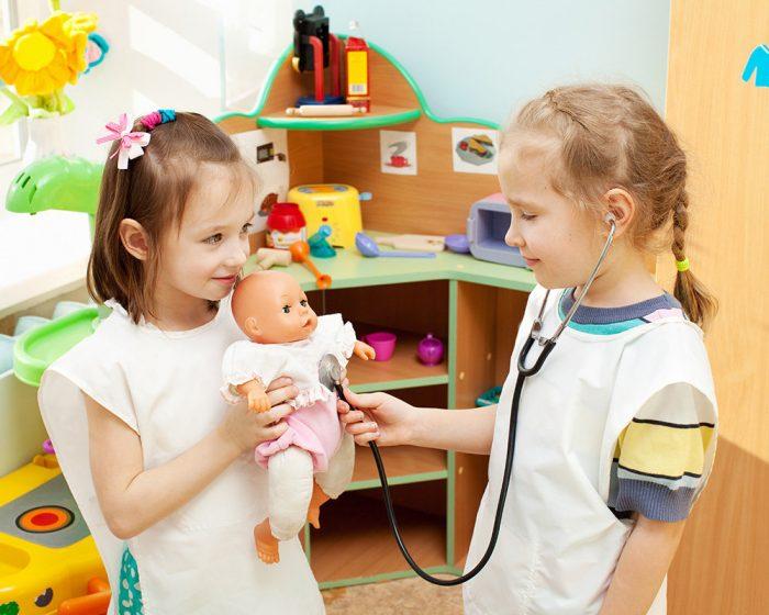 Девочки играют в доктора