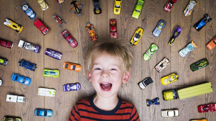 Мальчик и машинки