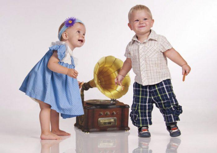 Девочка и мальчик рядом с граммофоном