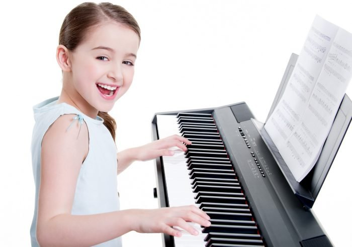 Девочка играет на клавишах