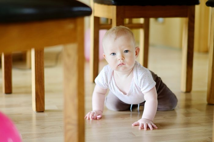 Малыш ползает под столом