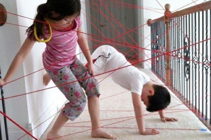 Дети распутывают нити