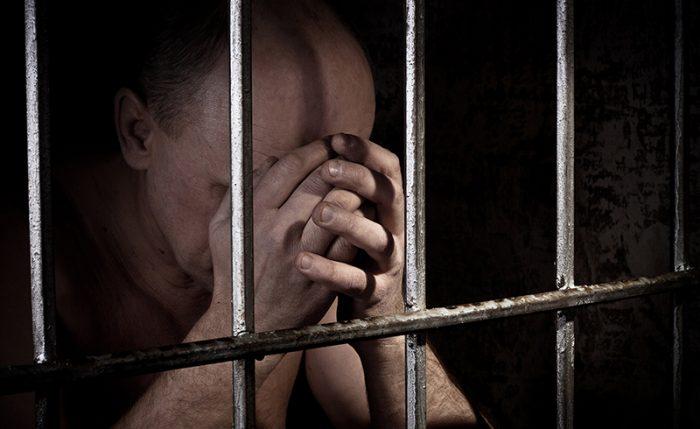 Человек за тюремной решёткой