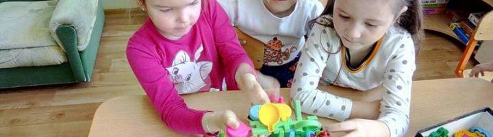 Девочки играют