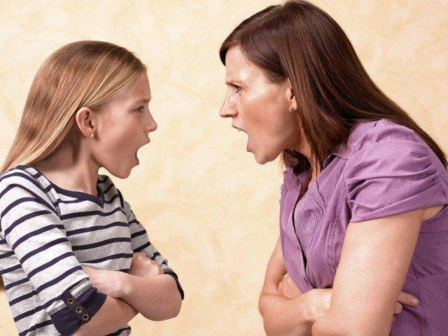Мать и дочь ссорятся, кричат друг на друга