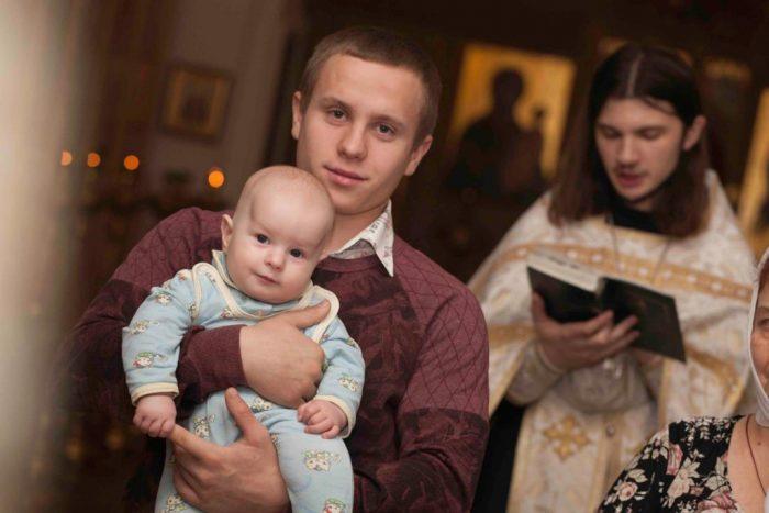 Отец с сыном в церкви