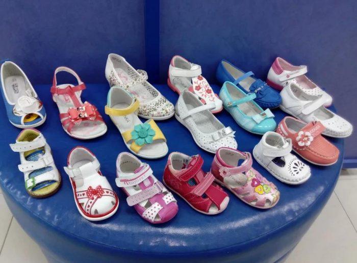 Детская обувь, снятая с правой ноги девочек