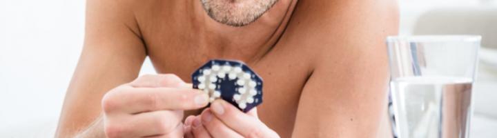 мужчина держит таблетки