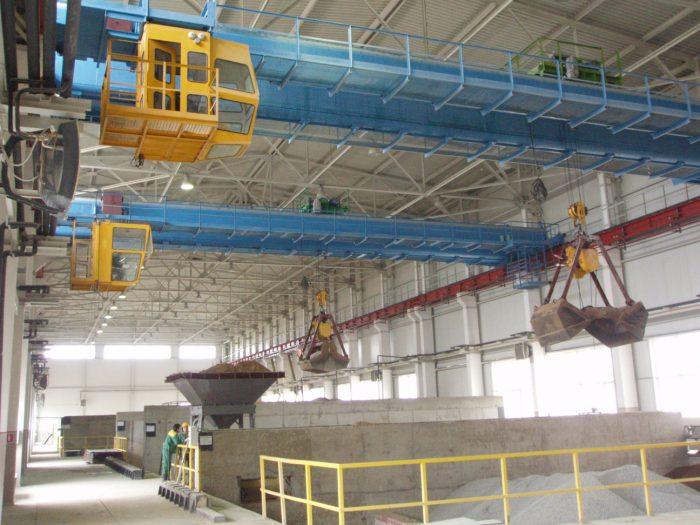Мостовой кран в заводском цеху