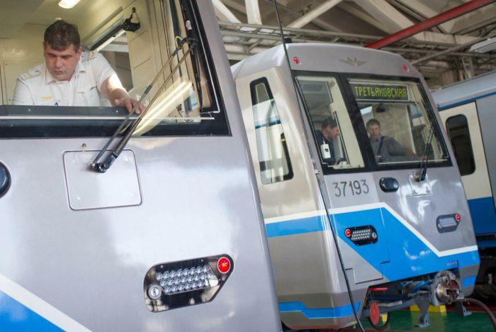 Машинисты в кабинах электропоездов