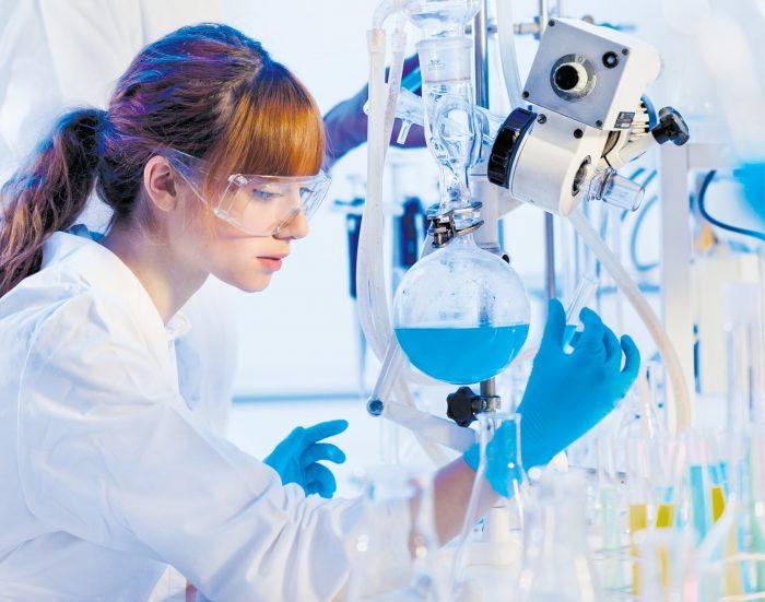 Девушка химик за работой