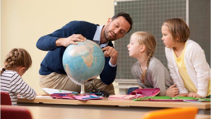 Учитель с глобусом и детьми