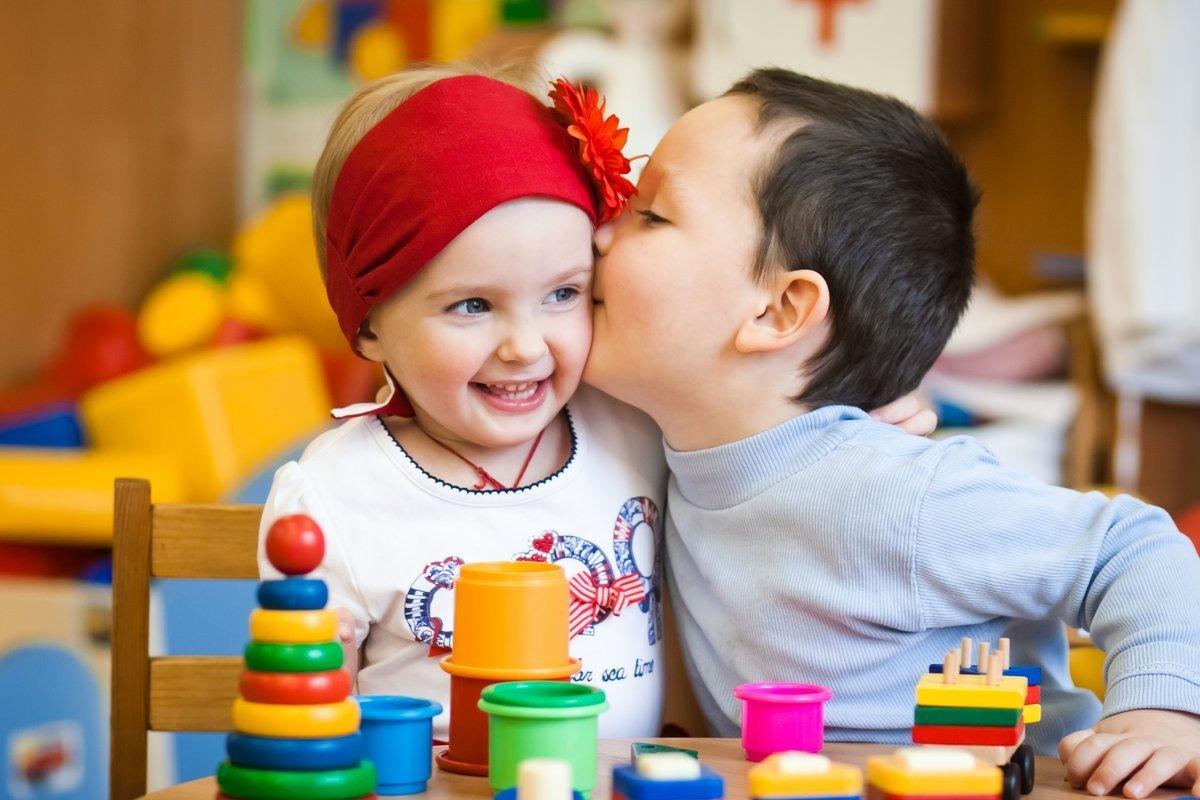 Открытки, картинки с маленькими детьми в детском саду