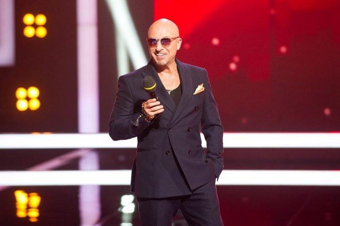 Дмитрий Нагиев стоит на сцене