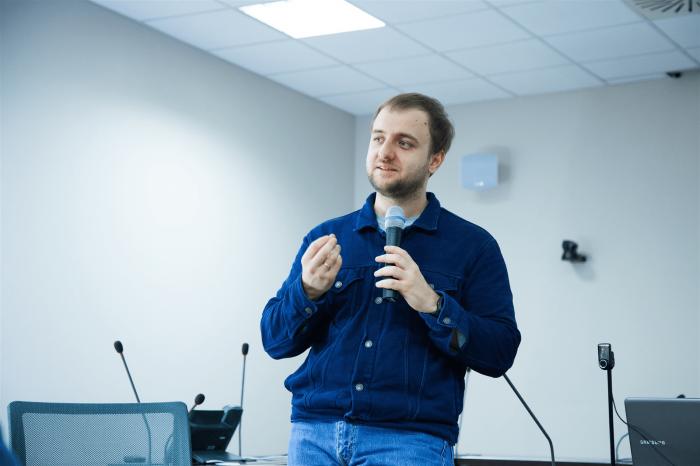 Редактор Максим Ильяхов ведёт лекцию