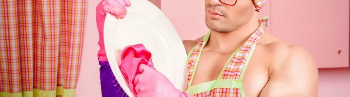 Мужчина моет посуду