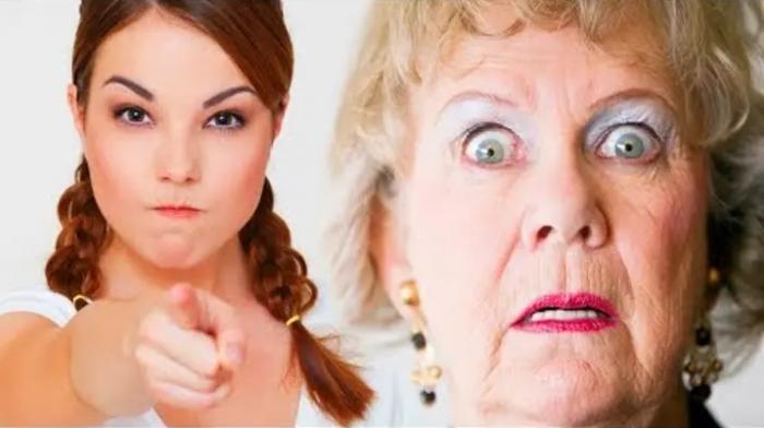 Молодая женщина со злым лицом указывает пальцем вперёд, пожилая женщина испуганно смотрит, приоткрыв рот