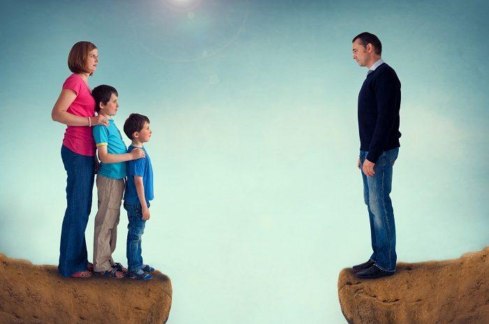 Символическое изображение развода (жена с детьми на одной стороне обрыва, муж один — на другой)