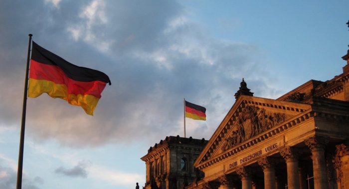Немецкие флаги над зданием