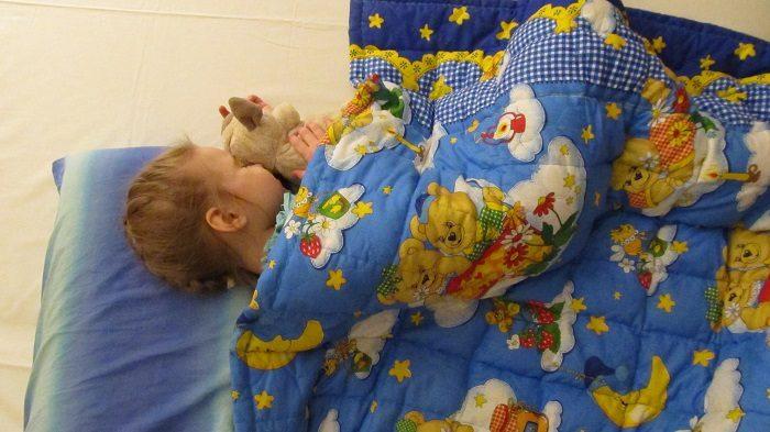 Девочка спит под утяжелённым одеялом