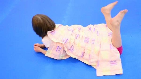 Ребёнок лежит под тяжёлым одеялом