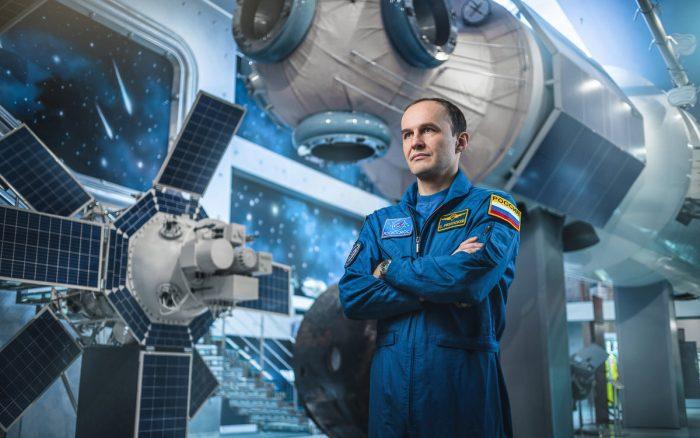 Космонавт Сергей Рязанский в салоне космического корабля