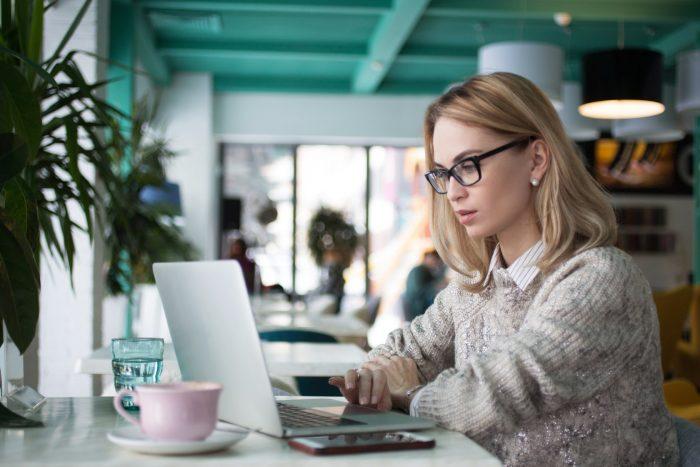 Девушка в офисе с ноутбуком